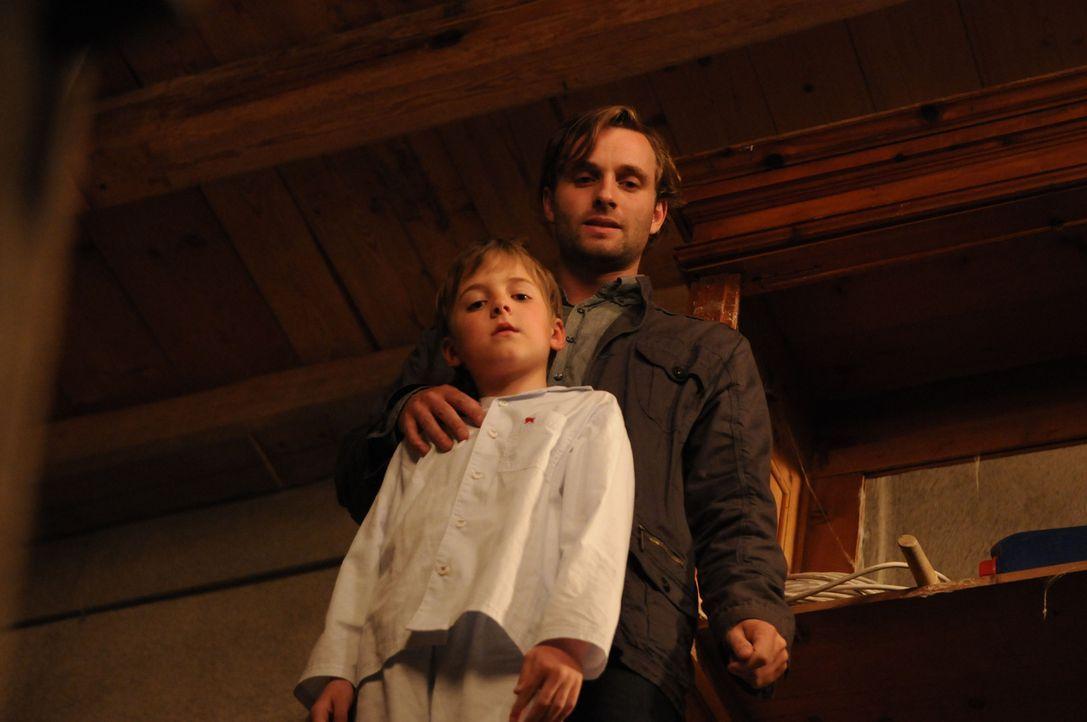 In letzter Sekunde gelingt es Mark (Jonas Laux, r.), den kleinen Klaus (Maximilian Harnisch, l.) vor dem Schwarzen Mann zu retten ... - Bildquelle: Oliver Roth ProSieben