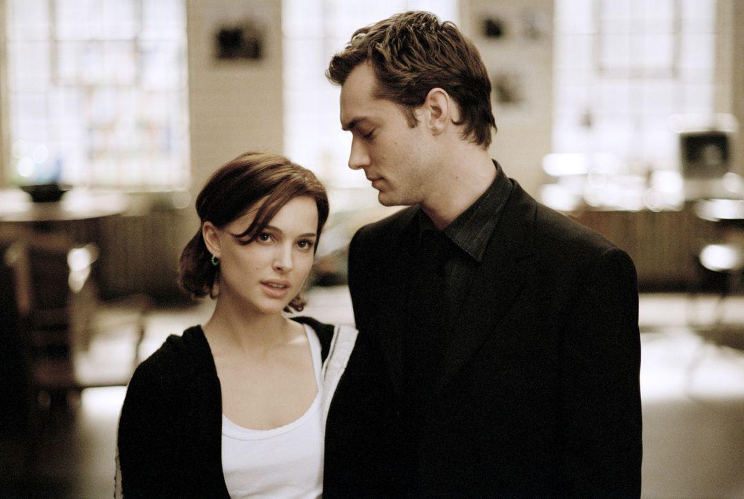 Kaum ein Paar, da müssen Alice (Natalie Portman, l.) und Dan (Jude Law, r.) auch schon erkennen, dass alles im Leben aus Täuschung und Heuchelei bes... - Bildquelle: Sony Pictures Television International. All Rights Reserved.