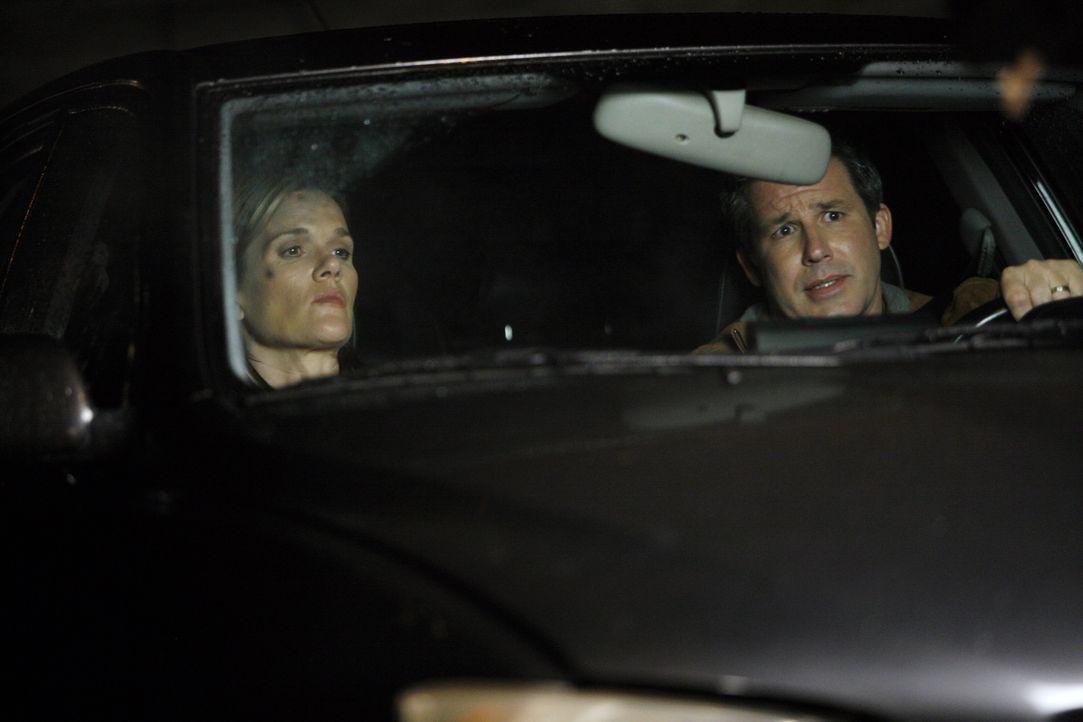 Richard Ludlow (Larry Poindexter, r.) bringt die gerade aus der Haft entlassene Lindsay (Catherine Dent, l.) zum Geschäft ihres Schwagers. Ist das w... - Bildquelle: Warner Bros. Entertainment Inc.