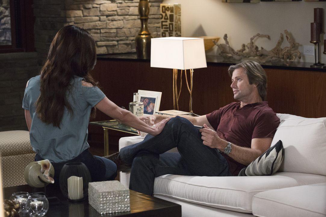 Nachdem Spence (Grant Show, r.) eine schlechte Nachricht erhalten hat, versucht er die Probleme zusammen mit Carmen (Roselyn Sanchez, l.) zu ertränk... - Bildquelle: 2014 ABC Studios