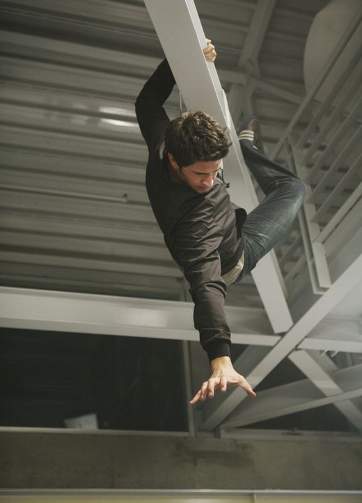 Macht eine schockierende Entdeckung: Kyle (Matt Dallas) ... - Bildquelle: TOUCHSTONE TELEVISION