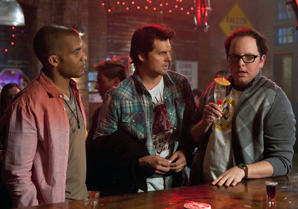 Beobachten die neue gutaussehende Barkeeperin in Bazes Bar: Jamie (Reggie Austin, l.), Baze (Kristoffer Polaha, M.), Math (Austin Basis, r.)... - Bildquelle: The CW   2009 The CW Network, LLC. All Rights Reserved