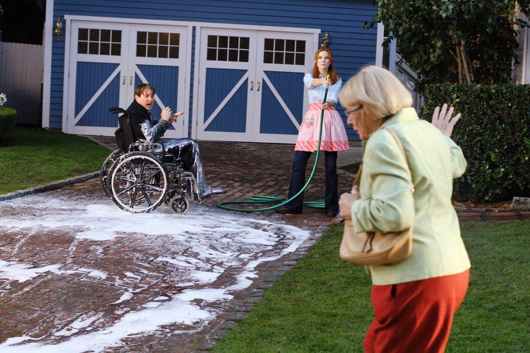 Karen McCluskey (Kathryn Joosten, r.) ist überrascht, als sie Bree (Marcia Cross, M.) und Orson (Kyle MacLachlan, l.) im Vorgarten sieht ... - Bildquelle: ABC Studios