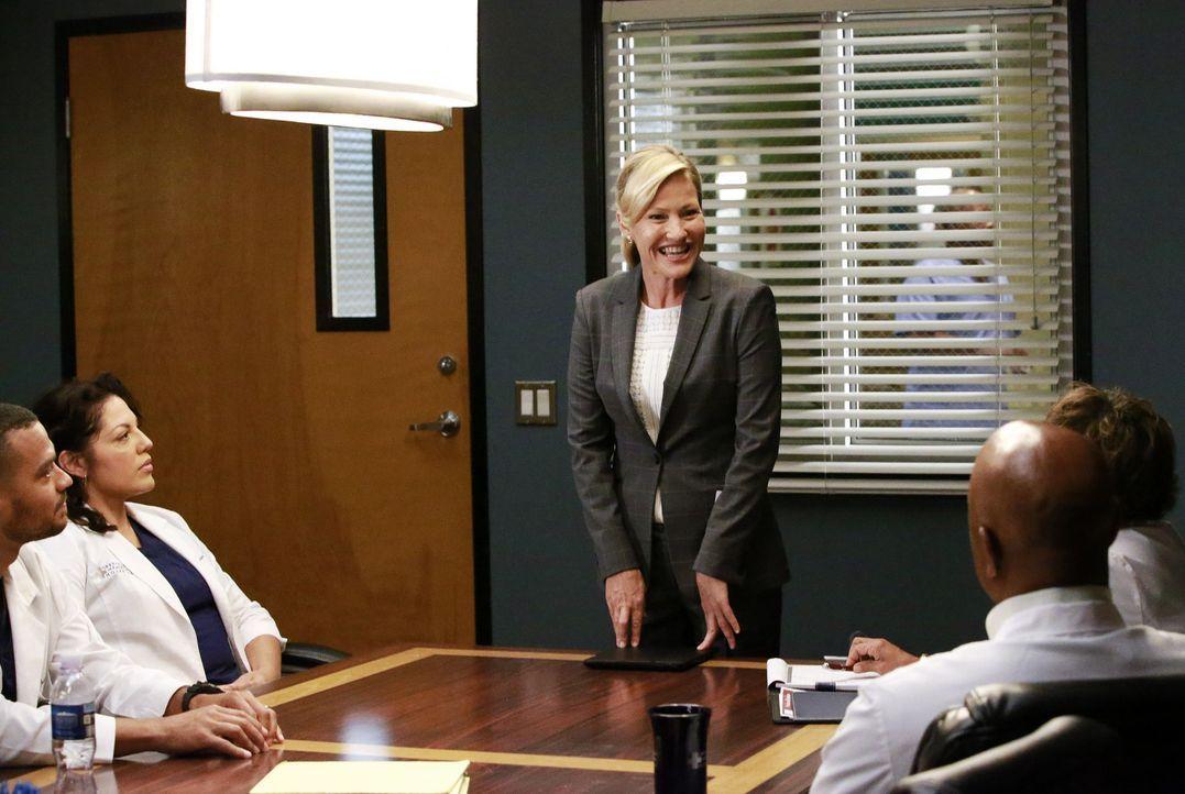 Dr. Tracy McConnell (Joey Lauren Adams, M.) hat sich gemeinsam mit Bailey auf die Stelle der Chefin der Chirurgie beworben. Jackson (Jesse Williams,... - Bildquelle: Mitchell Haaseth ABC Studios