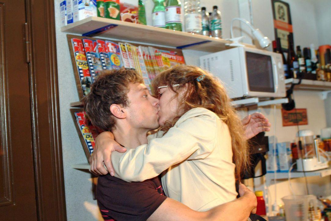 Jürgen (Oliver Bokern, l.) weiß nicht, wie ihm geschieht, als Lisa (Alexandra Neldel, r.) ihn mit einem Kuss überrumpelt. (Dieses Foto von Alexandra... - Bildquelle: Monika Schürle SAT.1 / Monika Schürle