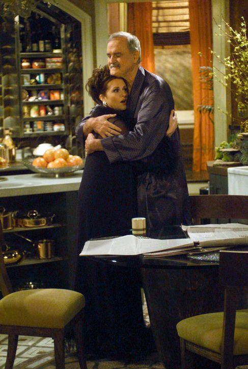 Nicht vorstellbar, aber Karen (Megan Mullally, l.) kann Lyle (John Clesse, r.) keinen Gefallen abschlagen ... - Bildquelle: Chris Haston NBC Enterprises International