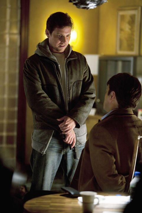 Jerry Tyson (Michael Mosley, l.) lässt Castle (Nathan Fillion, r.) am Leben, um ihn mit dem Schuldgefühl zu bestrafen, dass er verantwortlich  für d... - Bildquelle: 2010 American Broadcasting Companies, Inc. All rights reserved.
