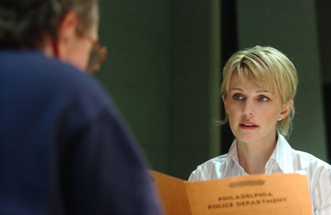 Det. Lilly Rush (Kathryn Morris, r.) fühlt George (John Billingsley, l.) auf den Zahn ... - Bildquelle: Warner Bros. Television