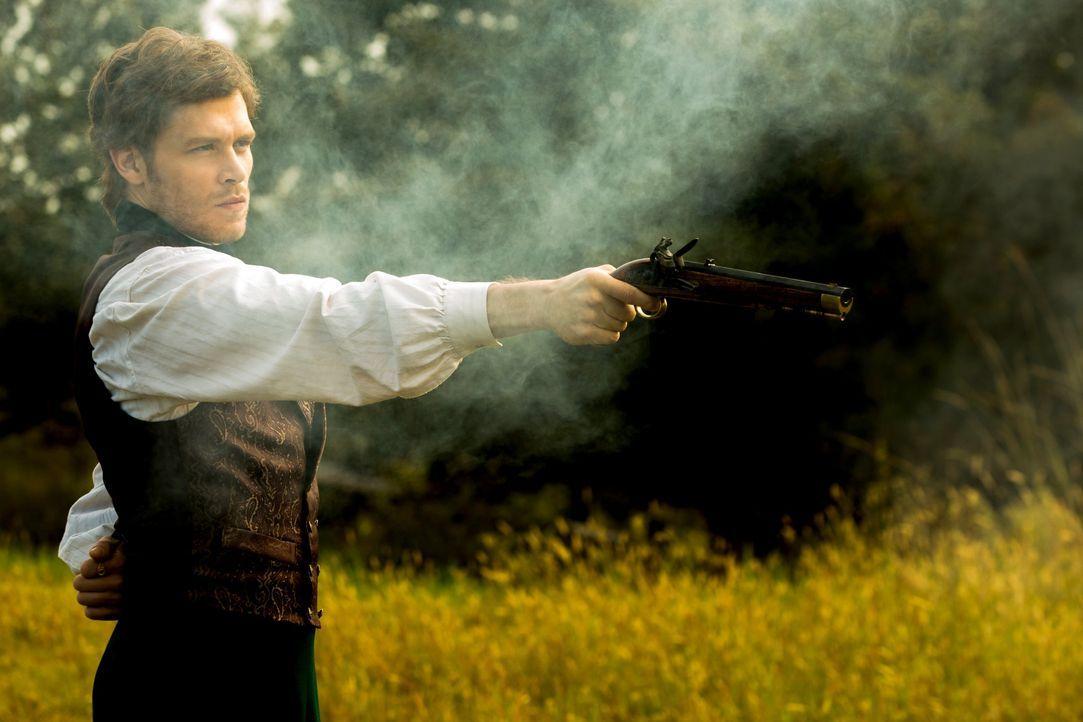 Klaus schießt auf Elijah - Bildquelle: Warner Bros. Entertainment Inc.