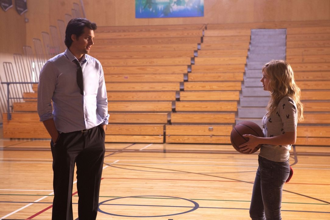 Bittet ihren Vater Baze (Kristoffer Polaha, l.) ihr zu zeigen, wie man richtig Basketball spielt: Lux (Brittany Robertson, r.)... - Bildquelle: The CW   2010 The CW Network, LLC. All Rights Reserved