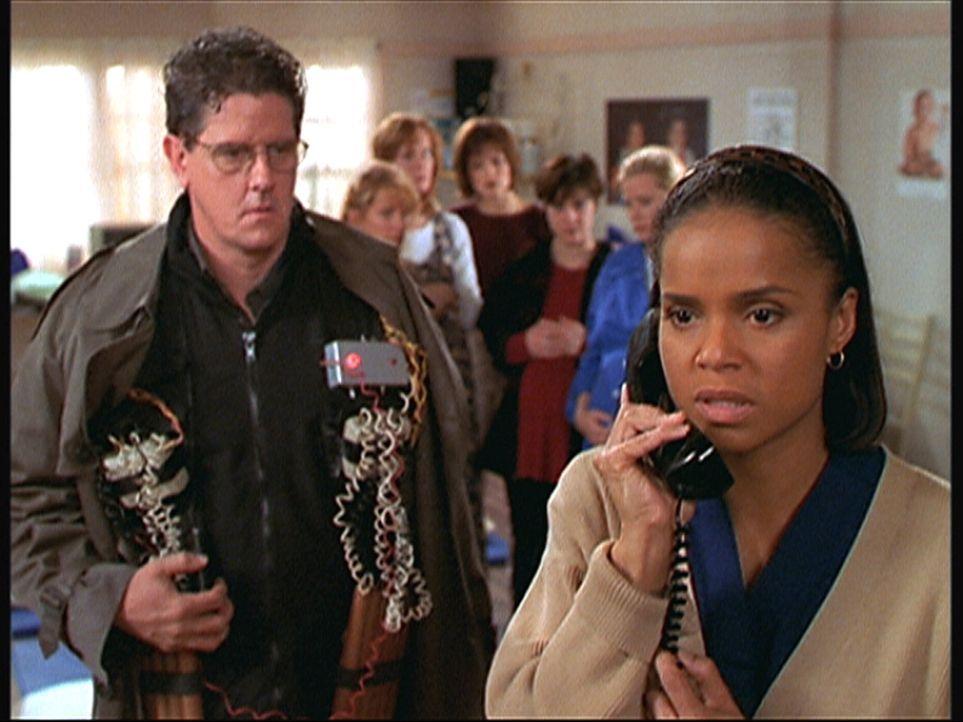 Amanda (Victoria Rowell, r.) telefoniert aufgeregt mit Mark Sloan. Sie und einige andere Frauen wurden von Bob (Sam McMurray, l.) als Geiseln genomm... - Bildquelle: Viacom