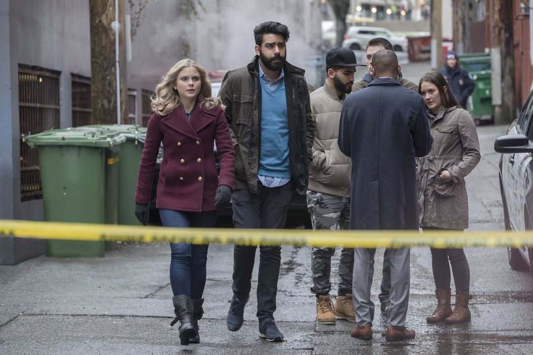 Wie wird Liv (Rose McIver, l.) reagieren, wenn ihr bewusst wird, dass Ravi (Rahul Kohli, r.) der Grund für einen erschreckend genauen Bericht in der... - Bildquelle: 2017 Warner Brothers