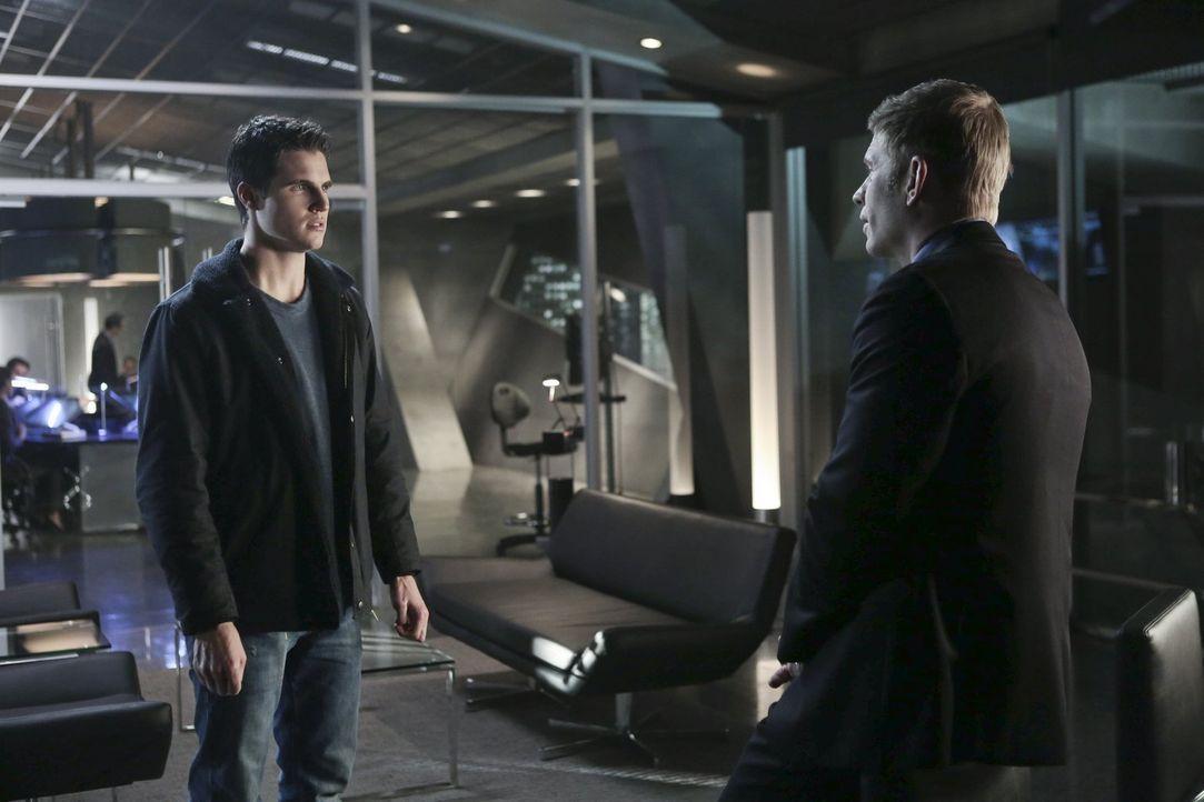 Nach dem Angriff auf Astrid und deren Vater gibt Jedikiah (Mark Pellegrino, r.) Stephen (Robbie Amell, l.) einen Einblick in die Vergangenheit ... - Bildquelle: Warner Bros. Entertainment, Inc