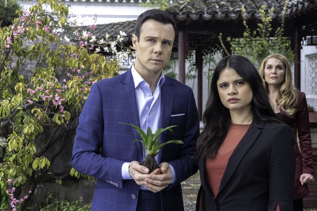 (v.l.n.r.) Harry Greenwood (Rupert Evans); Mel Vera (Melonie Diaz); Charity (Virginia Williams) - Bildquelle: Colin Bentley 2019 The CW Network, LLC. All rights reserved. / Colin Bentley