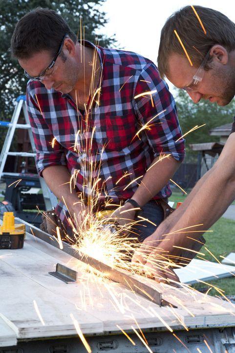 Bryan (r.) hilft Josh (l.) motiviert und freudig, um seinem Traumhaus schnellstmöglich näher zu kommen. - Bildquelle: 2013,DIY Network/Scripps Networks, LLC. All Rights Reserved.