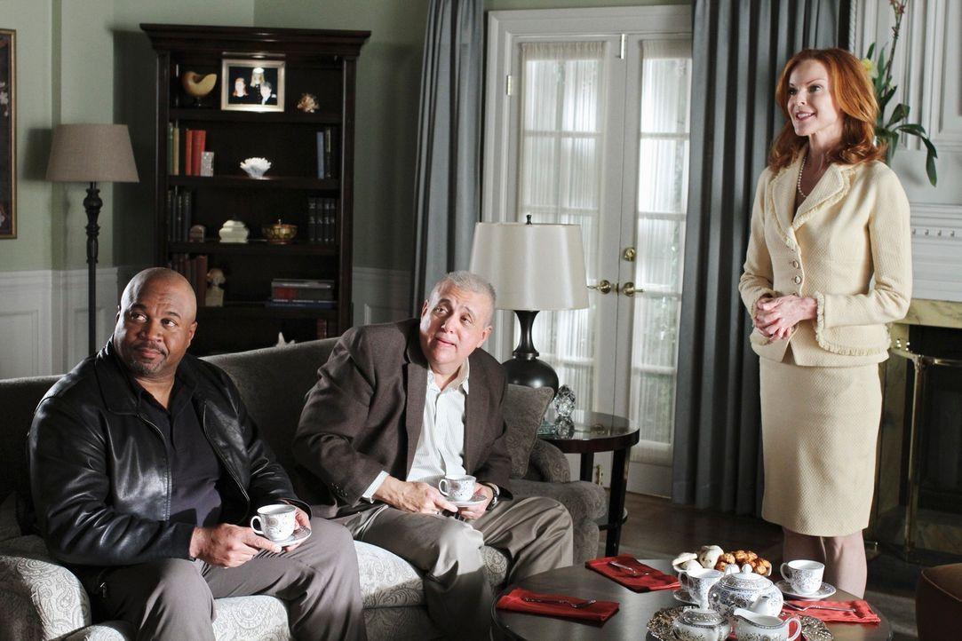 Mit Sergeant Clemente (David Reivers, l.) und Detective Turner (Vic Polizos, M.) hat Bree (Marcia Cross, r.) eine Überraschung für Sam. Doch wird ih... - Bildquelle: ABC Studios