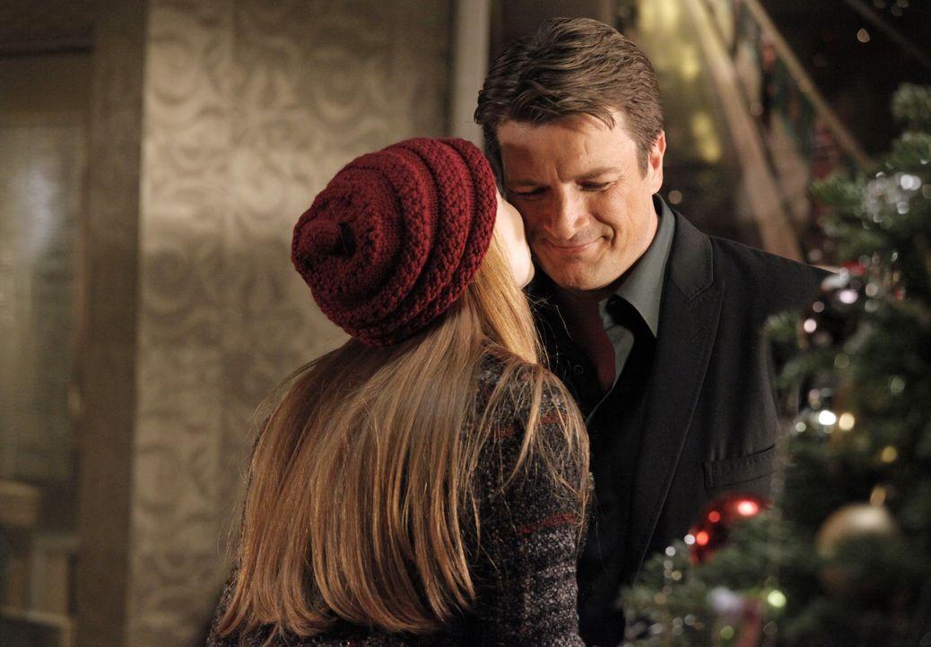 Castle (Nathan Fillion, r.) ist überglücklich als ihm seine Tochter Alexis (Molly C. Quinn, r.) mitteilt, dass sie das Weihnachtsfest doch mit ihm u... - Bildquelle: 2012 American Broadcasting Companies, Inc. All rights reserved.