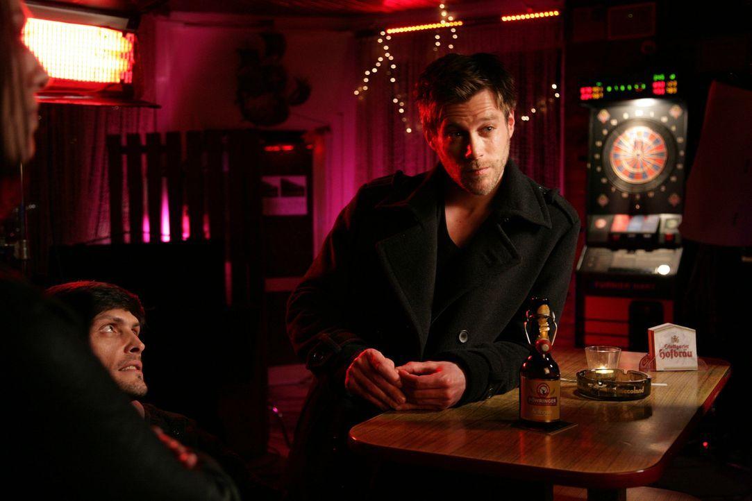 Entschließt sich der Polizist Alex (Ken Duken, r.) wirklich dazu, zusammen mit seinem Kumpel Sergeij (Stipe Erceg, l.) Banken zu überfallen und sich... - Bildquelle: Laura Schleicher Sixx