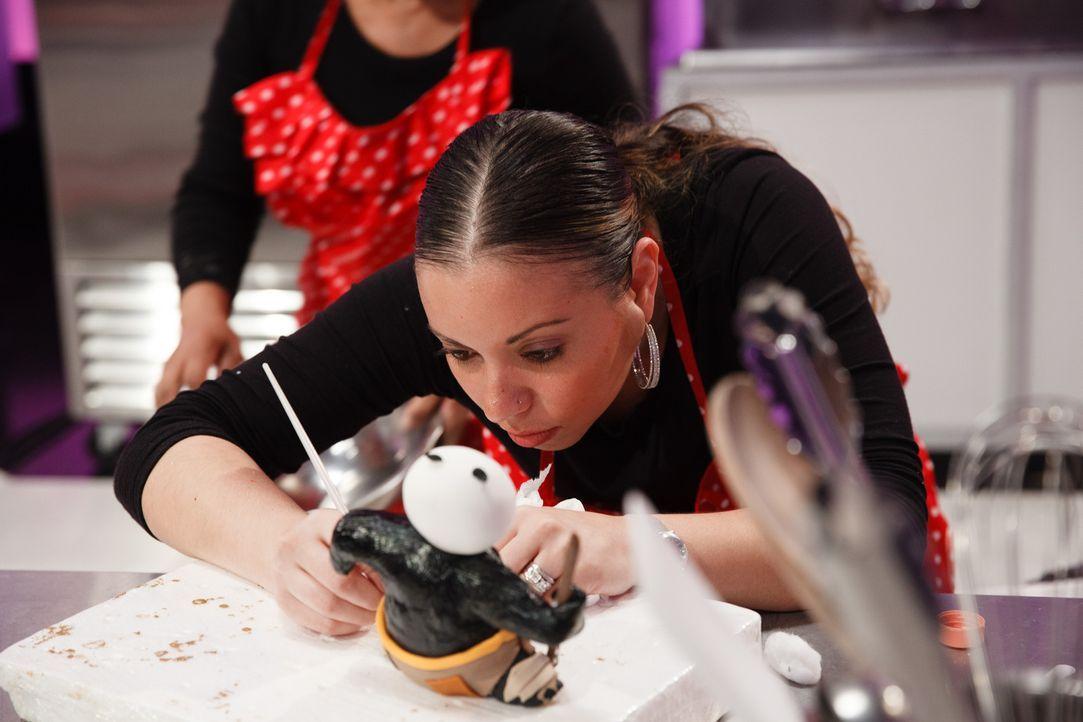 Für ihre Red Velvet Torte arbeitet Briana Ainsworth konzentriert an einer Skulptur des Pandabärs Po ... - Bildquelle: Emile Wamsteker 2016,Television Food Network, G.P. All Rights Reserved