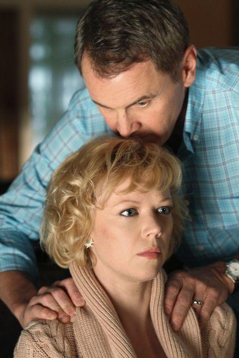 Ahnt Beth (Emily Bergl, unten) mit wem sie es bei ihrem Ehemann Paul Young (Mark Moses, oben) wirklich zu tun hat? - Bildquelle: ABC Studios