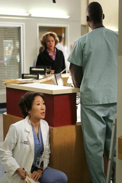 Cristinas (Sandra Oh, l.) schlimmster Albtraum wird wahr - Burkes Mutter (Diahann Carroll, M.) taucht im Krankenhaus auf und lässt sich von Tyler (... - Bildquelle: Touchstone Television