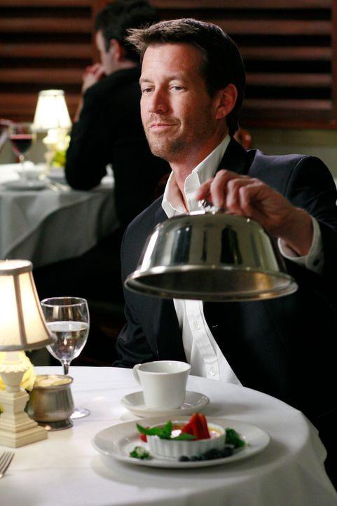 Führt Susan zu einem romantischen Diner aus: Mike (James Denton) ... - Bildquelle: 2005 Touchstone Television  All Rights Reserved
