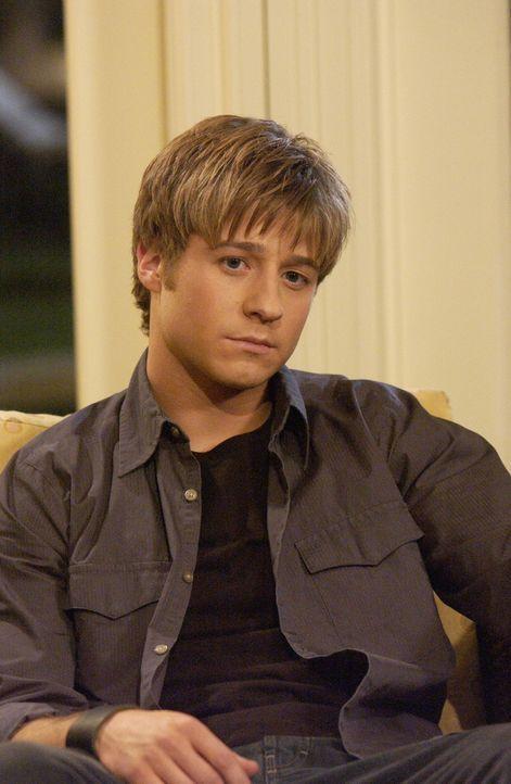 Ryan (Benjamin McKenzie) wurde von der Schule geschmissen, nachdem er Oliver verprügelt hat, doch er bereut sein Verhalten nicht. Sandy erteilt ihm... - Bildquelle: Warner Bros. Television