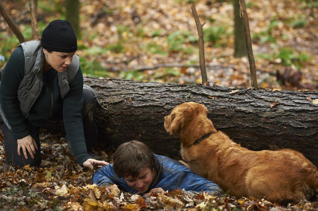 Während Alex (Erica Durance, l.) im Wald um das Leben von Sam (Dylan Authors, r.) kämpft, muss Charlie Joel um Rat bitten, als ein Patient nur mit D... - Bildquelle: Ken Woroner 2014 Hope Zee Three Inc.