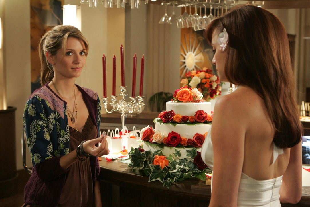 Da Jimmy zu seiner Trauung nicht erscheinen wird, gibt er Marissa (Mischa Barton, l.) den Ring mit der Bitte ihn Julie (Melinda Clarke, r.) zu über... - Bildquelle: Warner Bros. Television