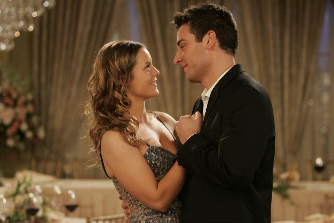 Ted (Josh Radnor, r.) muss nicht lange über den Vorschlag von Victoria (Ashley Williams, l.) nachdenken: Sie will eine aufregende Nacht mit ihm verb... - Bildquelle: 20th Century Fox International Television