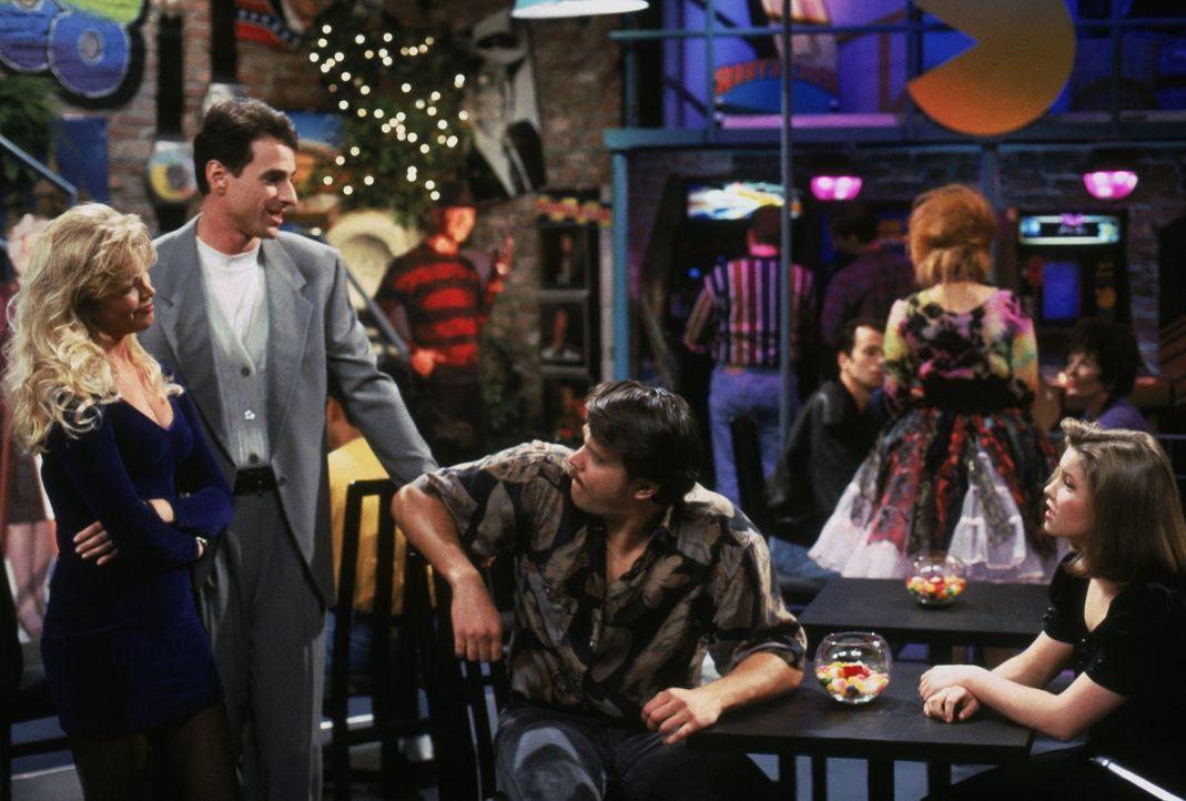 Als D.J. (Candace Cameron, r.) mit ihrem Date Roger (Rick Peters, 2.v.r.) in ein Café geht, steht plötzlich Danny (Bob Saget, 2.v.l.) mit seinem Dat... - Bildquelle: Warner Brothers Inc.
