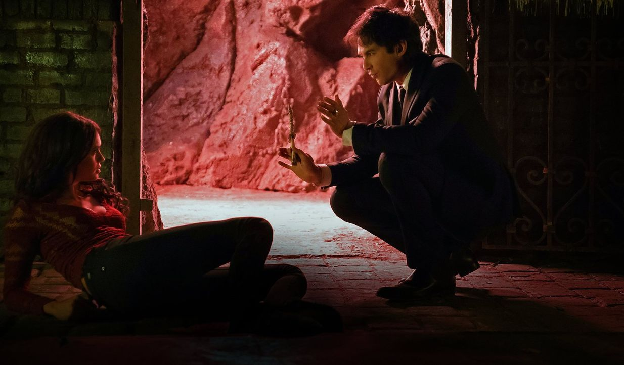 Damon (Ian Somerhalder, r.) ist fest entschlossen, Katherine (Nina Dobrev, l.) zurück in die Hölle zu schicken und diese dann für immer zu zerstören... - Bildquelle: 2016 Warner Brothers