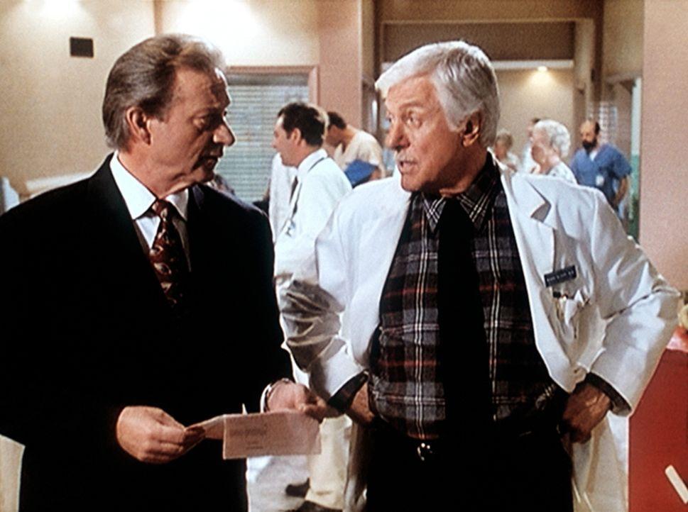 Dr. Mark Sloan (Dick Van Dyke, r.) fühlt dem Chefbuchhalter Tubbs (James Sloyan, l.) auf den Zahn, der im Verdacht steht, vor Jahren 50.000 Dollar u... - Bildquelle: Viacom