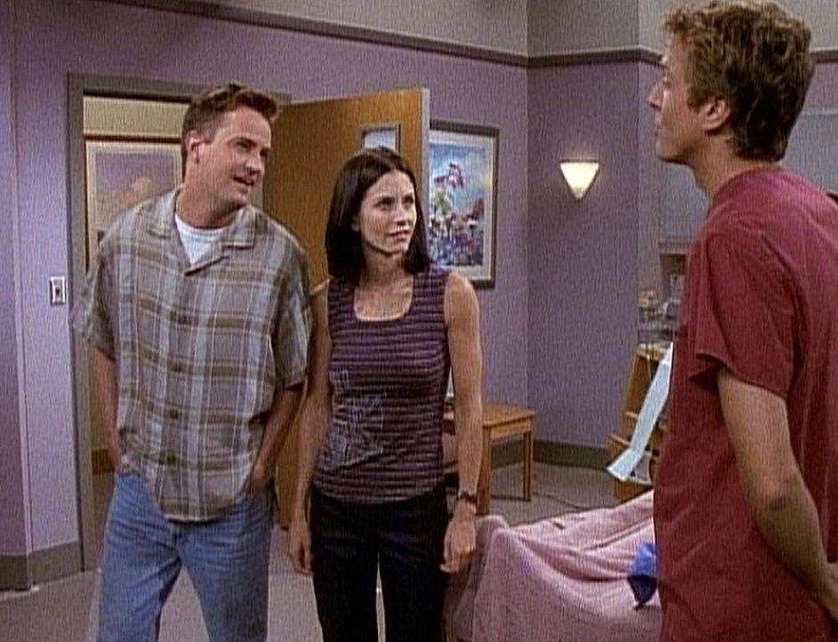 Chandler (Matthew Perry, l.) passt es gar nicht, dass Monica (Courteney Cox, M.) sich mit einem Krankenpfleger verabreden will. - Bildquelle: TM+  2000 WARNER BROS.