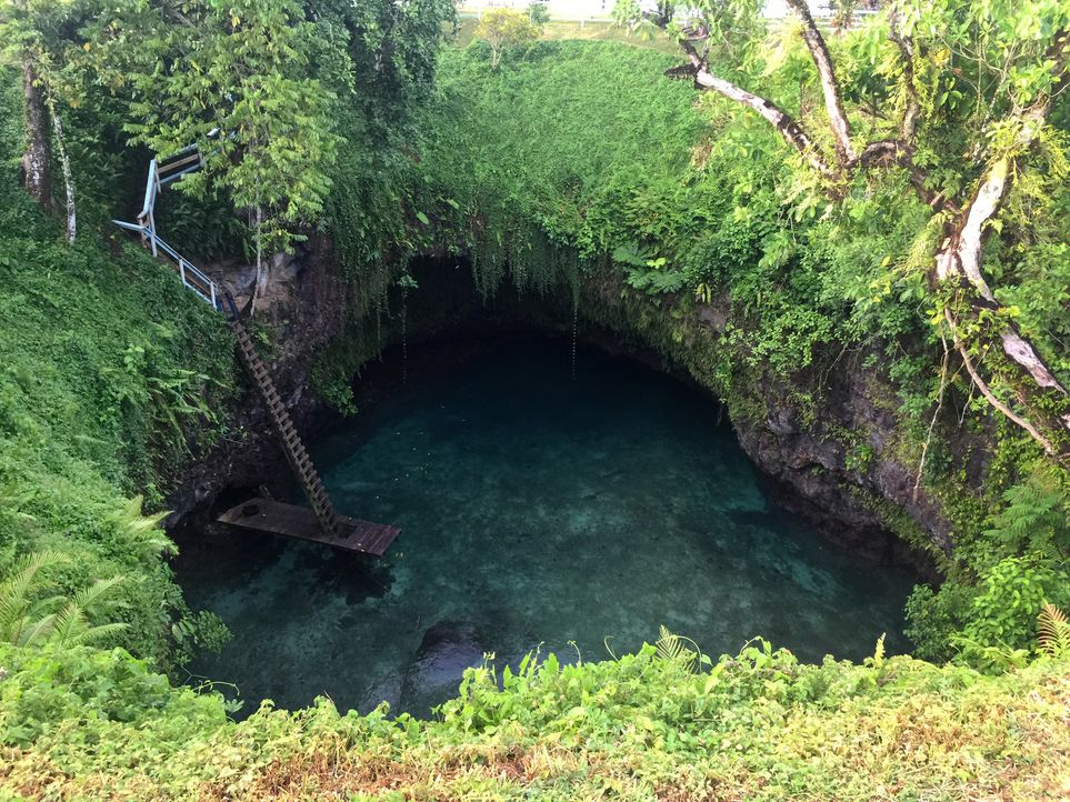 """Dieser Bade-Hotspot ist tief in der grünen Natur versteckt: Der """"To Sua Ocean Trench"""" in Lotofagga, Upolu, Samoa bietet ein einmaliges Schwimmerlebn... - Bildquelle: 2017,The Travel Channel, L.L.C. All Rights Reserved"""