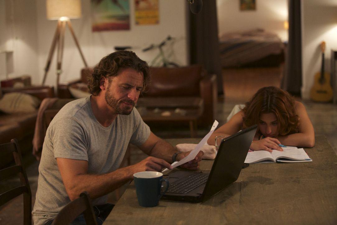 Eigentlich wollte Mark (Stephan Luca, l.) mit seinen 99 Kindern nichts zu tun haben, aber als er einige von ihnen näher kennenlernt, gibt er sich al... - Bildquelle: Melanie Clearly SAT.1