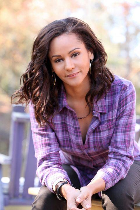 Seit Abby (Persia White) vor 15 Jahren Mikael in eine Gruft gesperrt hat, besitzt sie keine Zauberkräfte mehr ... - Bildquelle: Warner Brothers