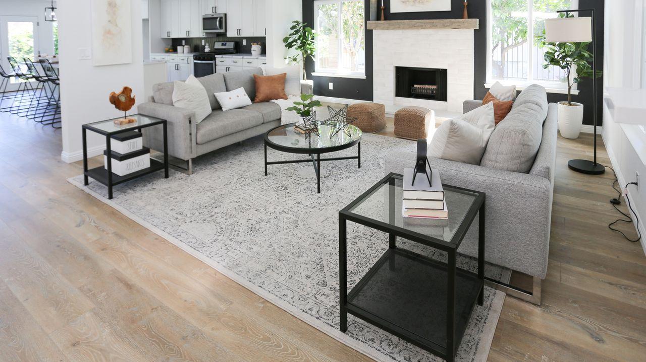 Tarek und Christina kaufen ein Haus in Laguna Hills, das von außen auf den e... - Bildquelle: 2020, Discovery, Inc. All Rights Reserved.