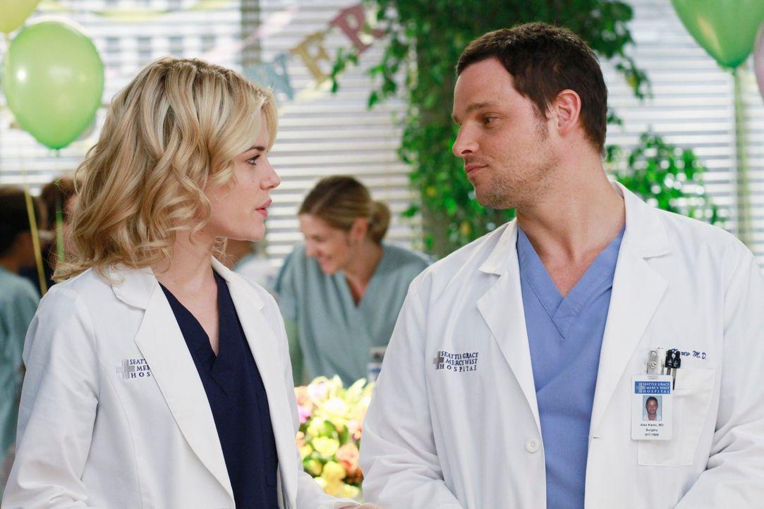 Geraten gerne aneinander: Lucy (Rachel Taylor, l.) und Alex (Justin Chambers, r.) ... - Bildquelle: ABC Studios