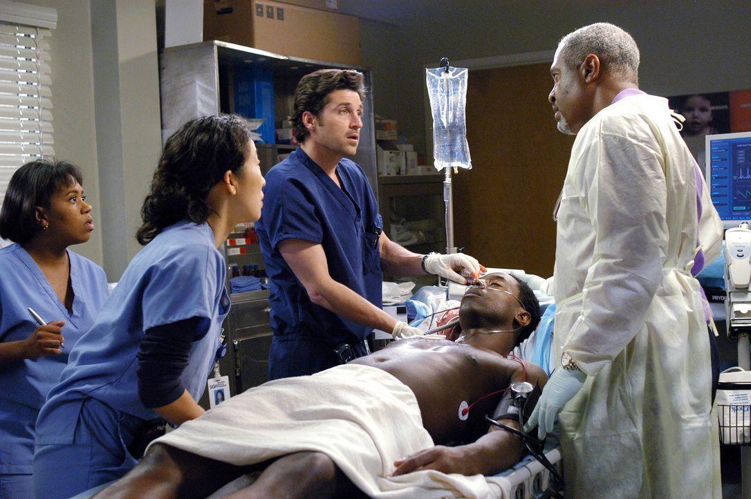 Burke (Isaiah Washington, liegend) hat viel Blut verloren, scheint aber nicht lebensgefährlich verletzt, doch plötzlich zeigen sich Lähmungserschein... - Bildquelle: Touchstone Television