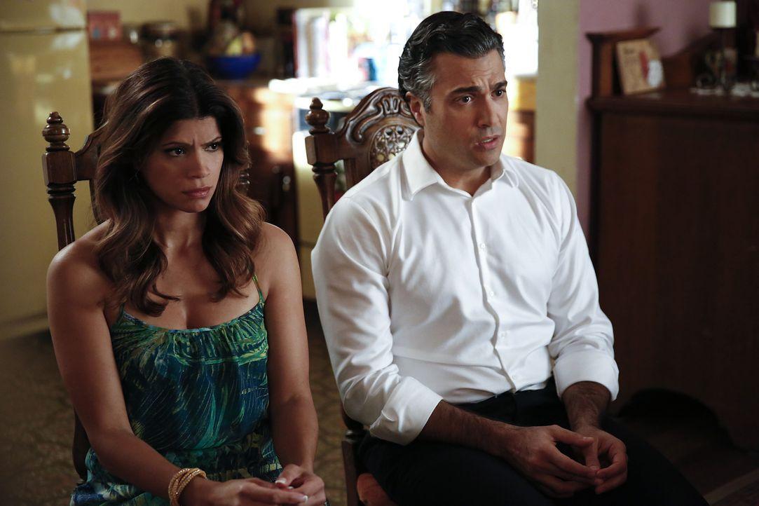 Müssen sich Jane und ihren Gefühlen zueinander stellen: Xo (Andrea Navedo, l.) und Rogelio (Jaime Camil, r.) ... - Bildquelle: 2014 The CW Network, LLC. All rights reserved.