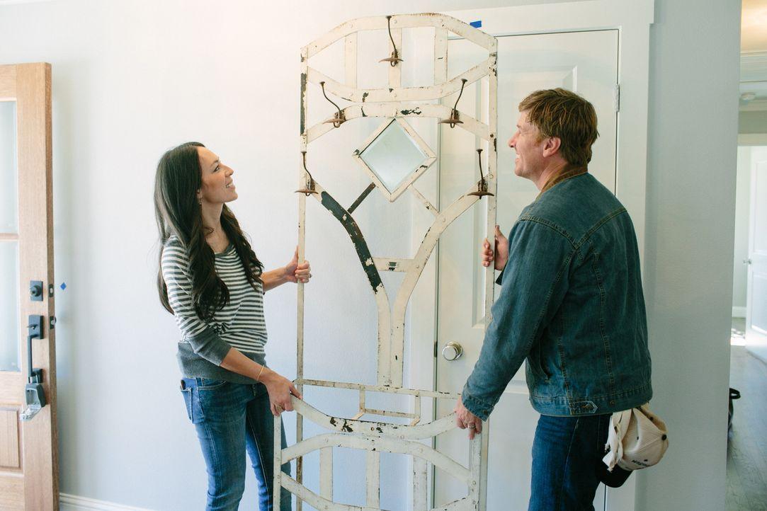 In Waco, Texas machen sich Joanna (l.) und Chip Gaines (r.) auf die Suche nach einem perfekten Haus für ein junges Paar, das sich gemeinsam niederla... - Bildquelle: Jennifer Boomer 2016, HGTV/Scripps Networks, LLC. All Rights Reserved.