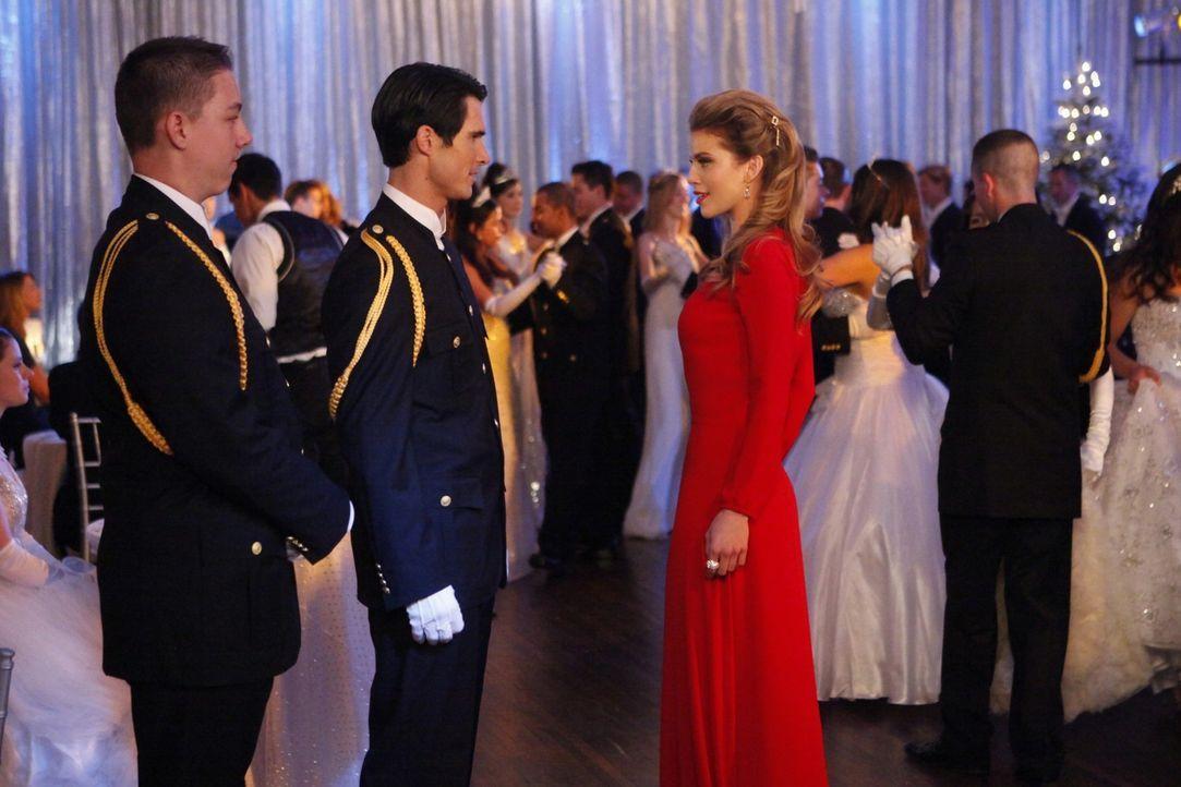 Naomi (AnnaLynne McCord, r.) hat beschlossen, Austin endlich zu vergessen und sich auf dem Snow-Ball einen hübschen Kadetten zu suchen ... - Bildquelle: 2011 The CW Network. All Rights Reserved.