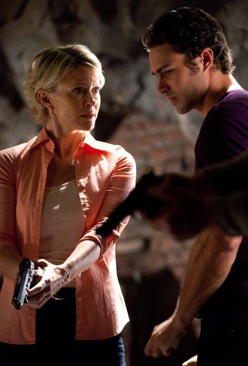Sheriff Liz Forbes (Marguerite MacIntyre, l.), welche mit Masons (Taylor Kinney, r.) Hilfe herausgefunden hat, dass Stefan und Damon Vampire sind, g... - Bildquelle: Warner Brothers