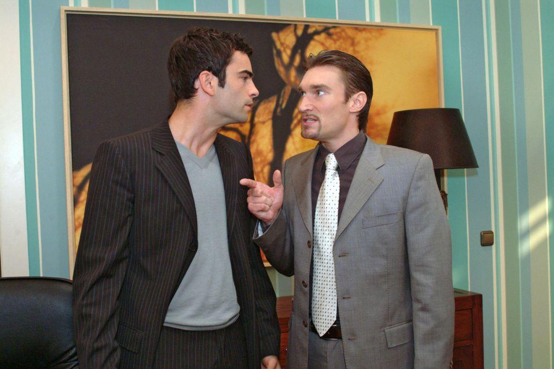 Richard (Karim Köster, r.) stellt David (Mathis Künzler, l.) zur Rede: Er will wissen, warum anscheinend schon alle von der Hetzkampagne gegen ihn... - Bildquelle: Monika Schürle Sat.1