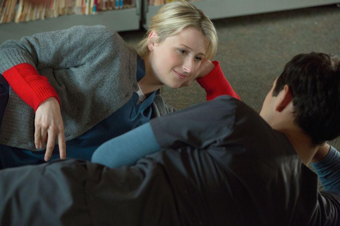Micah (Michael Rady, r.) ist erleichtert und überglücklich, denn Emily (Mamie Gummer, l.) hat sich tatsächlich für eine Beziehung mit ihm entschiede... - Bildquelle: 2012 The CW Network, LLC. All rights reserved.