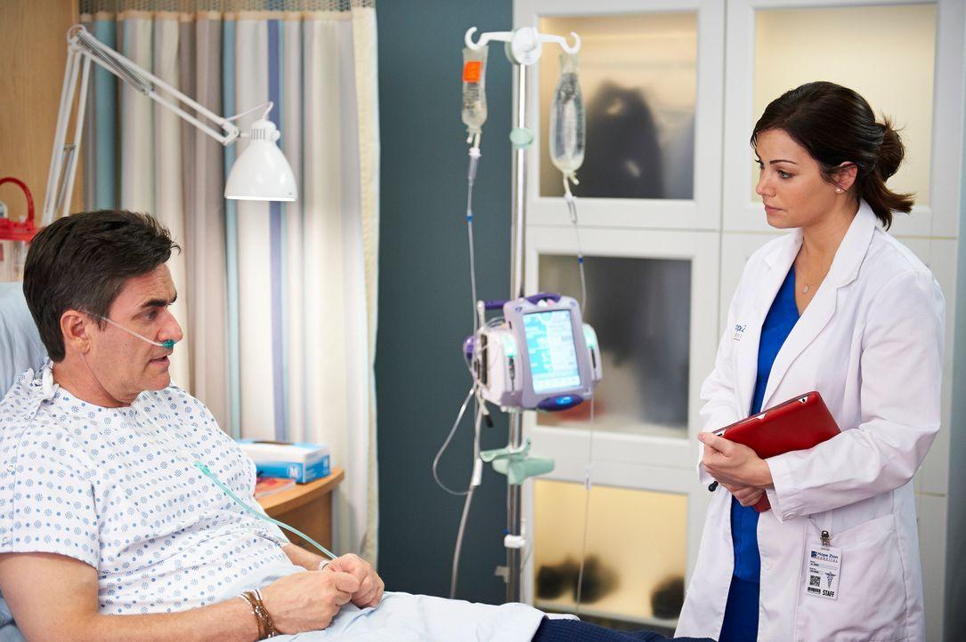 Nicht alle Patienten sind mit Alex' (Erica Durance, r.) Arbeit zufrieden. Wie wird Randall Crane (Peter Keleghan, l.) reagieren? - Bildquelle: 2012  Hope Zee One Inc.