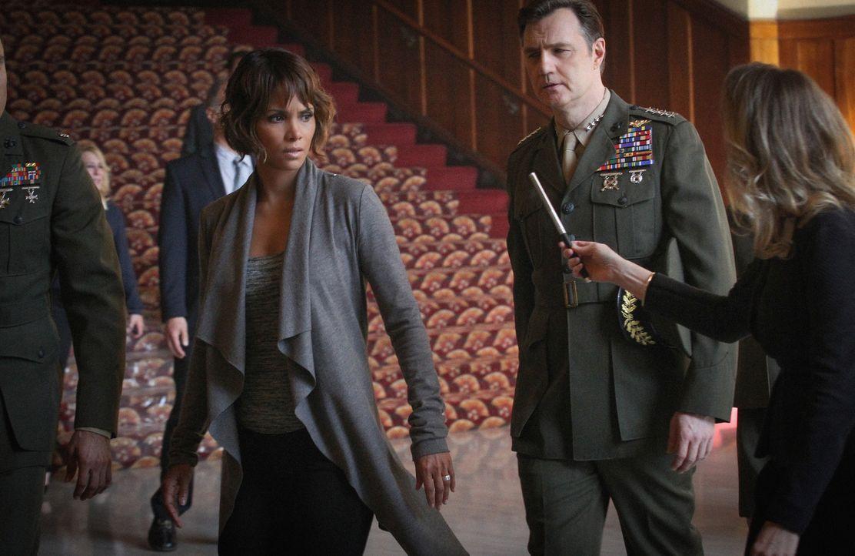 Während sich General Shepard (David Morrissey, r.) sicher zu sein scheint, dass der Alien-Junge tot ist, wachsen in Molly (Halle Berry, l.) die Zwei... - Bildquelle: Sonja Flemming 2015 CBS Broadcasting Inc. All Rights Reserved.