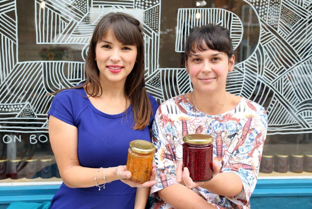 Selbstgemachte Marmelade: Rachel (l.) besucht Lillie (r.) in ihrem Marmelade Shop ... - Bildquelle: Richard Hill BBC 2013
