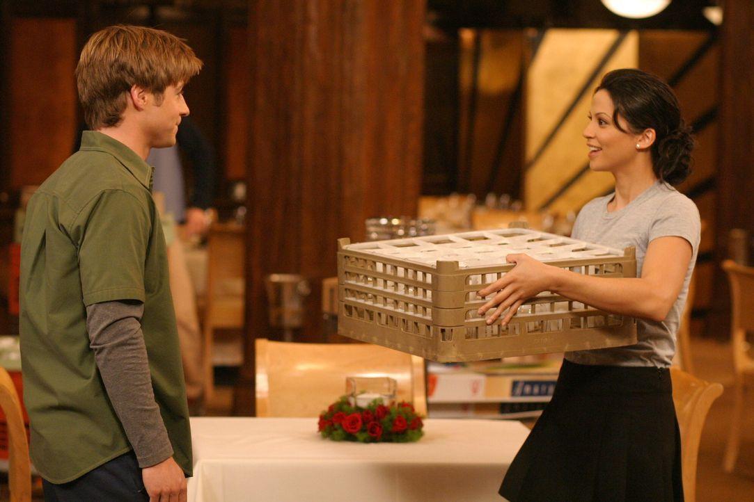 Ryan (Benjamin McKenzie, l.) ist schockiert, als er seine Ex-Freundin Theresa (Navi Rawat, r.) in Newport trifft ... - Bildquelle: Warner Bros. Television